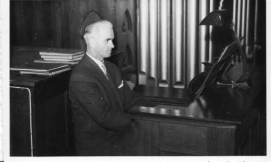 Gregor Laubauch an der Orgel